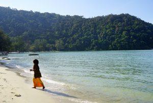 ペナン島のビーチで遊ぶ人