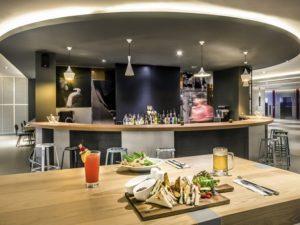 インパクト・アリーナ周辺のホテル イビス バンコク  インパクトのカフェ