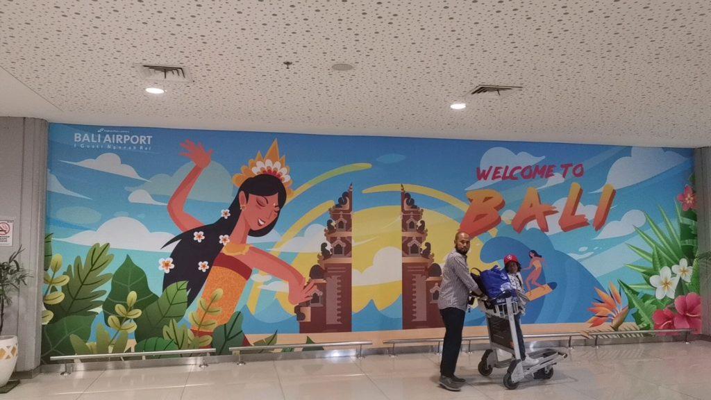 デンパサール空港の入口の絵