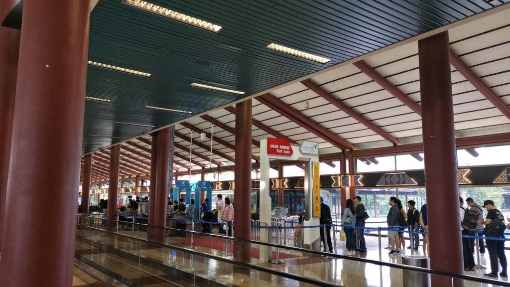 デンパサール空港のゲート