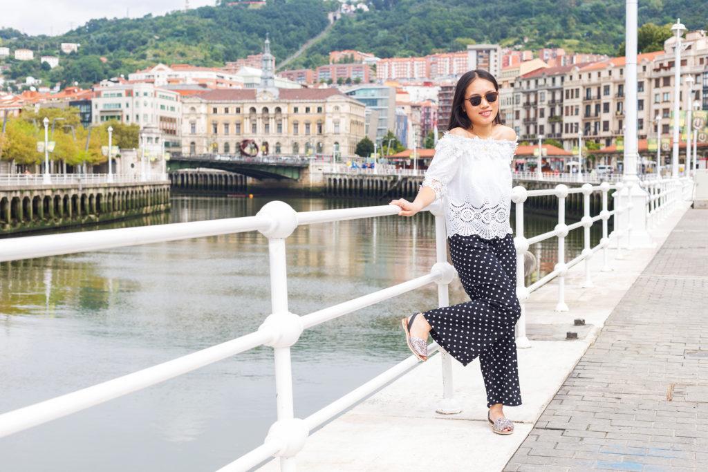 ビルバオの橋の上の女性