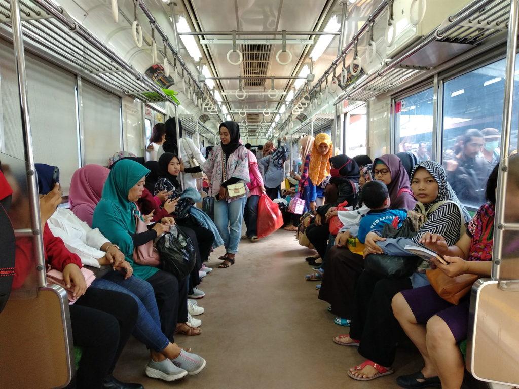ジャカルタの列車内風景