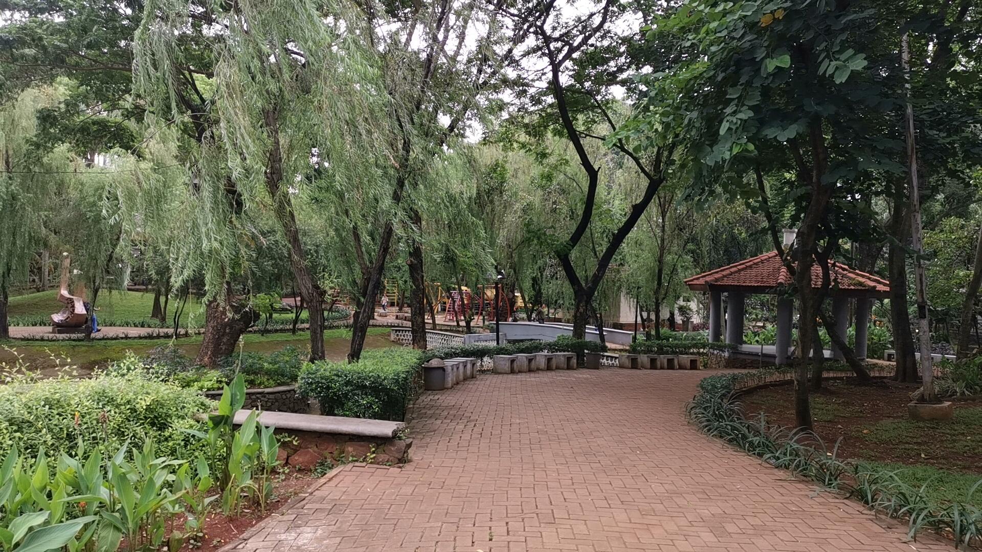 ジャカルタの公園の歩道