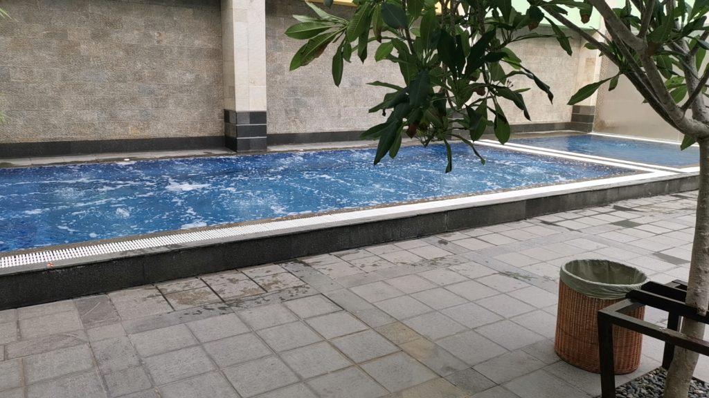 FM7リゾートホテルジャカルタエアポートのプール