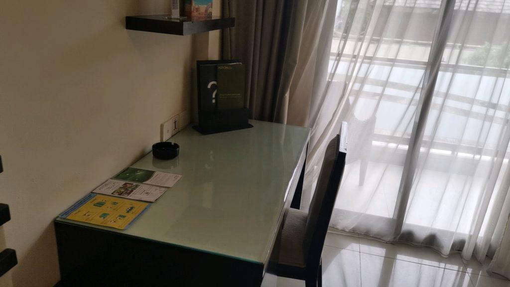 ホテルの作業机