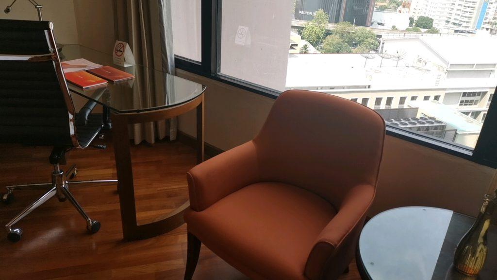窓際のソファ