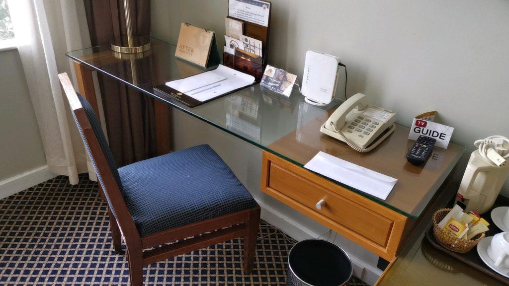 客室にあった作業机