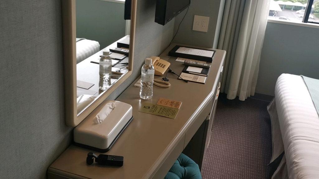 ホテルフランクスの客室の机